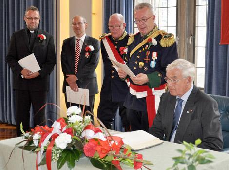 Drei verdiente Mindener durften sich ins Ehrenbuch des Mindener Bürgerbataillons eintragen: Domprobst Roland Falkenhahn (links), Bürgermeister Michael Buhre (2.v.l.) und Jürgen Schünemann (rechts) mit Stadtmajor Klaus Piepenbrink (2.v.r.) und Rittmeister und Adjutant Gerd Möller