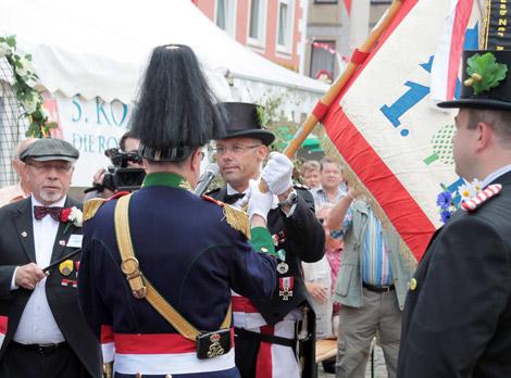 Hauptmann Arno Sebening übergab die 1. Kompanie am Sonntag auf dem Mindener Marktplatz an Oberleutnant Marcus Henninger