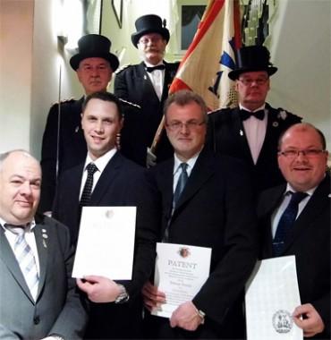 Kompaniefeldwebel Kai Schubert (links) und Kompaniechef Hauptmann Marcus Henninger freuen sich gemeinsam mit der Fahnengruppe über die Aufnahme mit Beförderung zum Unteroffizier vom Tom Schilling und Andreas Bielicki.
