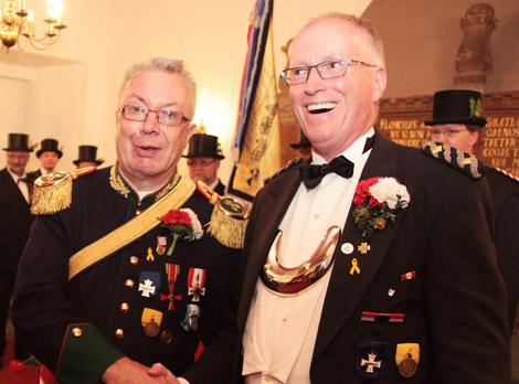 Hauptmann Horst-Günter Dorau überreicht als Chef der 6. Kompanie den Grimpenorden an Stadtmajor Klaus Piepenbrink