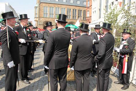 Traditionell vereidigt die Rathaus-Kompanie (2. Kp.) ihre neuen Kameraden nach dem Eintreffen auf dem Marktplatz vor dem Rathaus über der Fahne: Hauptmann Volker Krusche (rechts) durfte in diesem Jahr sieben Unteroffiziere vereidigen.