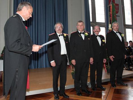 """Mit der höchsten Auszeichnung der 3. Kompanie, dem Rebenorden, wurden neben Arno Sebening und Horst-Günther Dorau auch (von links) die Kameraden der """"Dritten"""", Kai Neumann, Helmut Niemann und Arndt Eichholzer, sowie Friederich Barth von Hauptmann Burkhard Beyer (links) geehrt."""
