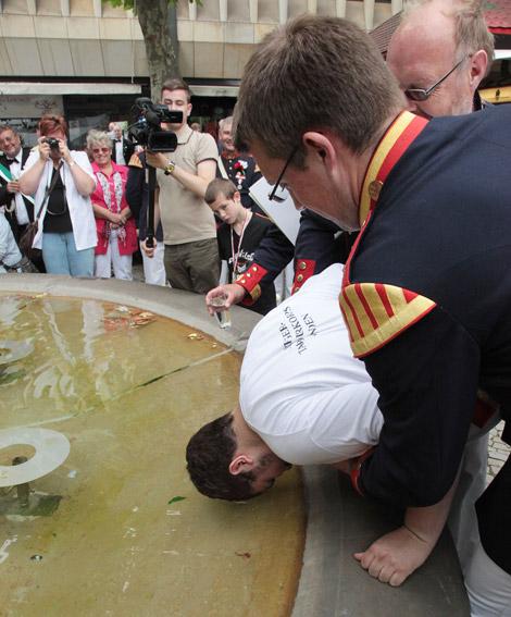Traditionell taufen die Tamboure am Sonntag im Brunnen auf dem Kleinen Domhof neue Kameraden und verdiente Freunde. In diesem Jahr gab es vier Taufen.