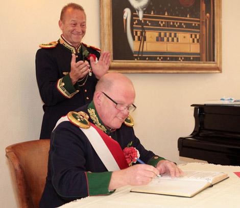 Rittmeister und Adjutant Gerd Möller trug sich wie auch Oberst i.G. Frank Baumgard in das Ehrenbuch der Bürger-Eskadron ein.