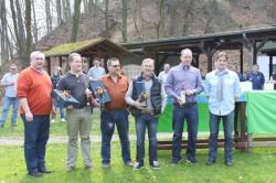 Kompaniechef Dr. Dirk von Behren (rechts) und Feldwebel Eugen Gawelczyk (links) mit den Siegern der Spiele zur Frühjahrswanderung 2014