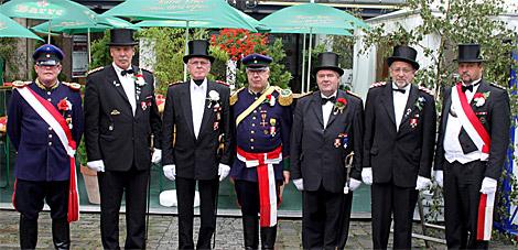 Aus der Hand von Stadtmajor Klaus Piepenbrink (Mitte) erhielten im Beisein der Adjutanten Rittmeister Gerd Möller (links) und Oberleutnant Dieter Thäsler (rechts) Wolfgang Lüdecke (2.v.l.), Otto Gehrke (3.v.l.), Hans-Helmut Nestler (3.v.r.) und Ernst-Dietrich Ante (2.v.r.) den Bataillonsorden.