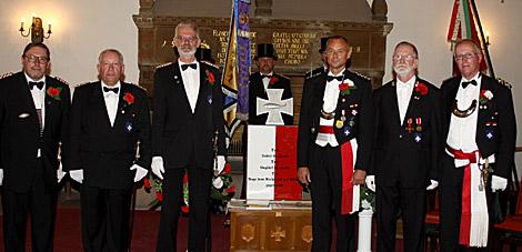 Kompaniechef Hauptmann Horst-Günter Dorau (rechts) und Kompanie-Feldwebel Rainer Horn (links) hatten die ehrenvolle Aufgabe, vier verdiente Männer mit dem ältesten Orden des Mindener Bürgerbataillons auszuzeichnen: Günter Schäkel (2.v.l.), Lothar Böhne (3.v.l.), Burkhard Beyer (3.v.r.) und Volker Hollender (2.v.r.).