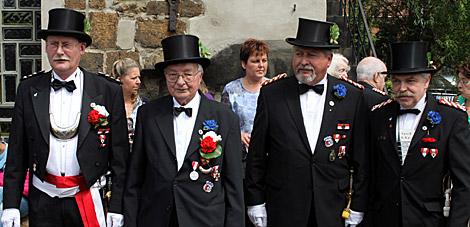 """Neben Wilhelm Benker (nicht auf dem Foto) wurden Hauptmann a la suite Günter Kahre (2.v.l.) und Ehrenvizefeldwebel Friedrich Wischmeier (2.v.r.) vom Hauptmann Gerd Klingler (links) und Feldwebel Hans-Jürgen Vogler (rechts) mit dem Kompanieorden der """"Eisernen Vierten"""" ausgezeichnet."""