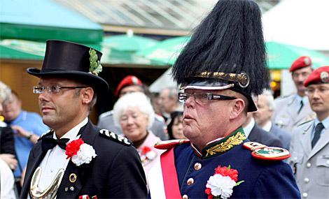 Neue Träger der Verdienstmedaille in Silber des Bürger-Tambourkorps: Hauptmann Arno Sebening (links) und Rittmeister Gerd Möller.