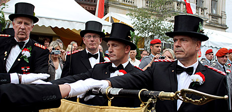 """Die 2. Kompanie vereidigte ihre neuen Kameraden als """"Rathaus-Kompanie"""" traditionell vor dem altehrwürdigen Mindener Rathaus. Zu ihnen zählten auch die Unteroffiziere Tony Werthenbach (rechts) und Marc Willemsen."""