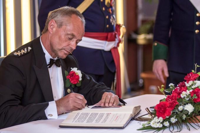 Vier verdiente Männer trugen sich während des Ratsempfangs im Großen Rathaussaal ins Ehrenbuch des Mindener Bürgerbataillons ein, darunter auch Hauptmann Burkhard Beyer.