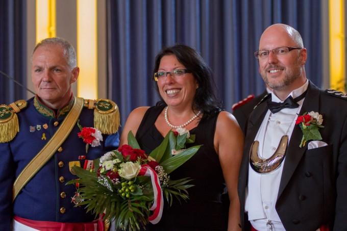 Im Rahmen des Ratsempfangs hat Stadtmajor Heinz-Joachim Pecher Oberleutnant Volker Koch (rechts) zum neuen 2. Adjutanten ernannt. Sein Dank galt auch Kochs Ehefrau Füsum.