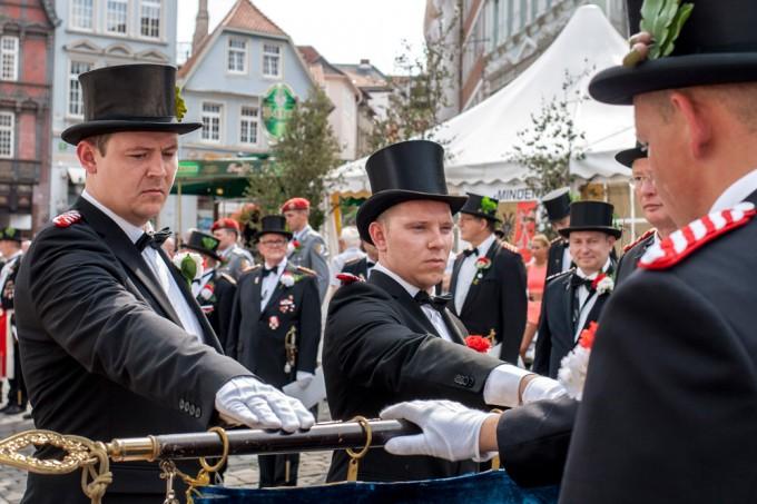 Traditionell vereidigte die Rathaus-Kompanie vor der Kulisse des altehrwürdigen Mindener Rathaus neue Kameraden über die Fahne – auf dem Foto Fabian Vehling (links) und Mike Dietze.