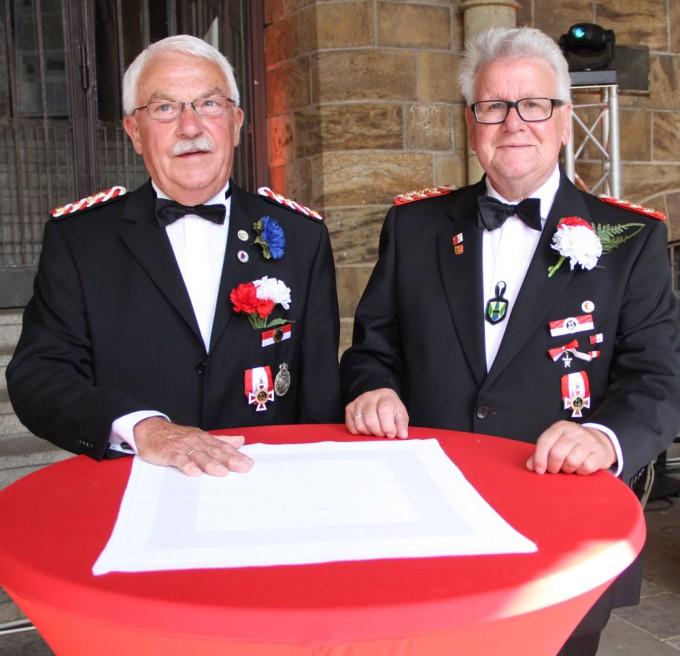 Einige Kameraden des Mindener Bürgerbataillons wurden für ihre Verdienste mit dem Bataillonsorden ausgezeichnet, darunter auch (von links) Helmut Reimler (4. Kompanie) und Hans-Peter Lüngen (2. Kompanie).