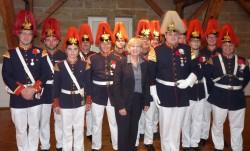Hannelore Kraft und das Tambourkorps des Mindener Bürgerbataillons (Quelle: Heer/Michael Slabik)