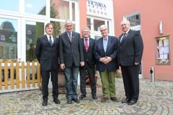 Sie standen beim Abschlussappell der 3. Kompanie im Mittelpunkt: (von links)  Kompanie-Chef Dr. Dirk von Behren, Klaus Sievers, Heino Nordmeyer, Karl-Friedrich Lihra und Kompanie-Feldwebel Eugen Gawelczyk.