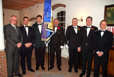 Aufnahme der neuen Unteroffiziere: (von links) Hauptmann Dorau, Ulf Stricker, die Fahnengruppe mit den Kameraden  Horn, Krauss und Ortmann, Tim Fichtl und Jens Kriete.