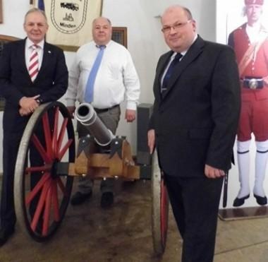 Stadtmajor Achim Pecher, Kompaniefeldwebel Kai Schubert und Kompaniechef Hauptmann Marcus Henninger in den Gewölben der historischen Festungsanlage Fort C (von links).