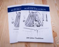 Rm Thäsler und Kav Fehler freuen sich über das fertiggestellte Buch